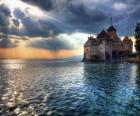 Hrad nebo opevněná věž obklopená jezera