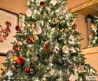 Vánoční strom s dekoracemi