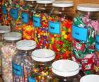 Skleněné nádoby s různými druhy cukroví