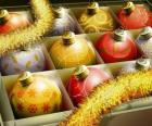 Sada míčků s různými vánoční ozdoby