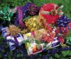 Vánoční dárky ozdobená stuhami a listy jedle
