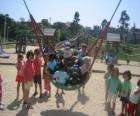 Skupina dětí hrajících si v parku
