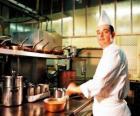 Kuchař připravuje jídlo