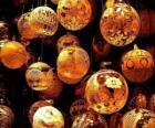 Sada vánoční ozdoby nebo kuličky s různými dekoracemi