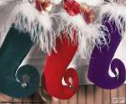 Vánoční ponožky a zavěšení plný dárků