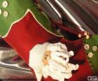 Vánoční ponožka zdobí tvář Santa a tlačítka