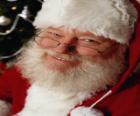 Happy s jeho klobouk Santa Clause a bílým plnovousem