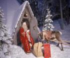 Santa u dveří jeho domu se soby a dárky
