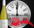 Hodiny v 12 hodin v noci, láhev vína a Santovy sáně