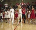 Gabriella Montez (Vanessa Hudgens) Troy Bolton (Zac Efron), Ryan Evans (Lucas Grabeel) Sharpay Evans (Ashley Tisdale), tančí a zpívají
