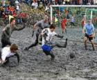 Mud olympijských her, nebo Wattolumpiad, bojují v močálech Labe