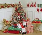 Velmi zdobené vánoční stromek a dárky