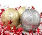 Vánoční koule zdobí hvězdy a stuhou