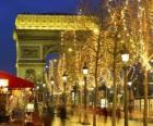 Champs Élysées zdobí na Vánoce s Vítězným obloukem v pozadí. Paříž, Francie