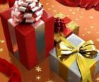 Vánoční dárky se stuhami, luky