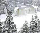 zamrzlé řece v zimě