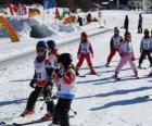 Typická scéna s dětmi v zimě lyžování v horských