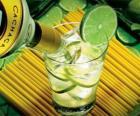Caipirinha je brazilský koktejl složený z rumu, limetky, cukr a led.