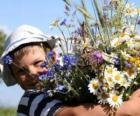Dítě s dárek pro svou matku, velké kytice