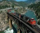 Vlak zboží přes most