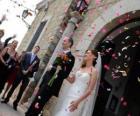 Ženich a nevěsta opuštění svatebního obřadu