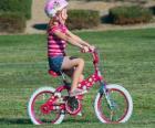 Dívka na kole v parku na jaře