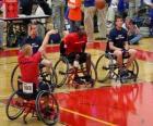 Invalidní vozík basketbalový hráč hází míč na koš