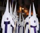 Nazarenes nebo kajícníků v procesí během Svatého týdne s kapucí nebo kužele, plášť a plášť