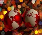 Vánoční koule zdobená mapa světa