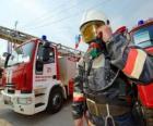 Plně vybavené hasič vedle kamionu