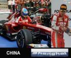 Fernando Alonso oslavuje vítězství v Grand Prix Číny 2013