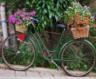 Jízdní kolo s košíky plné květin