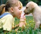 Dívka a pes sdílení ice cream
