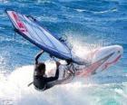 Praktikující windsurfing