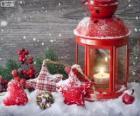 Vánoční lampa s hořící svíčkou a cesmína dekorace