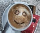 Usmívající se káva s mlékem
