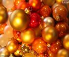 Vánoční koule různých velikostí a barev