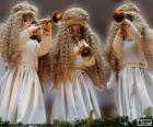 Tři andělé hrající na trumpetu