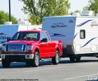 Červený Pickup s karavanem