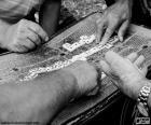 Několik mužů hraje hru Domino