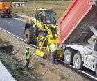Zaměstnanci pracující na dálnici
