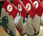 Vánoční ponožky tvořící Adventní kalendář