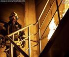 Hasič na hořícím žebříku