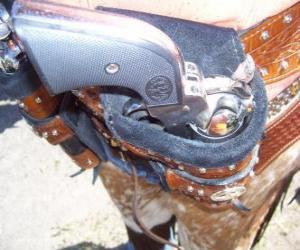 Puzle Revolver, zabalené v pouzdře