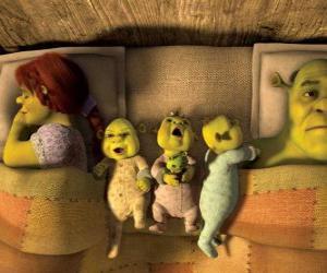 Puzle Rodina Shrek, Fiona a tři mladé zlobři v posteli.