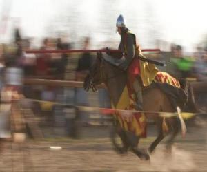 Puzle Rytíř zahájila rychlý útok proti nepříteli s kopím na koni