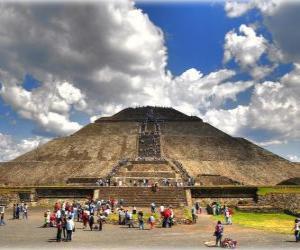 Puzle Sluneční pyramida, největší stavba v archeologické město Teotihuacan, Mexiko