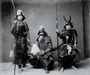Puzle Tři autentické Samurai Warriors, v brnění, helmu Kabuto a ozbrojených