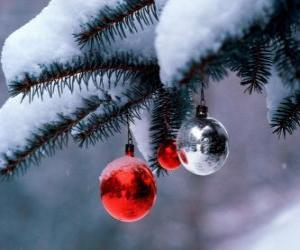 Puzle Tři vánoční koule visící ze stromu