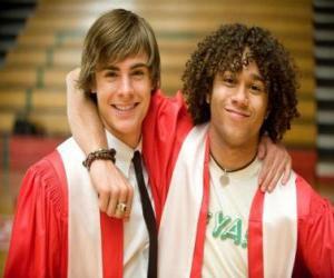 Puzle Troy Bolton (Zac Efron) a Čad (Corbin Bleu) dnem ukončení studia